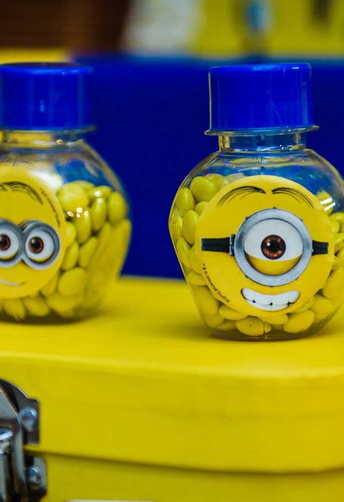 Para personalizar as embalagens das guloseimas de forma simples e rápida, basta usar um adesivo com a carinha dos Minions.