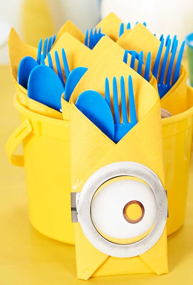 Os talheres do aniversário também precisam de atenção na hora da decoração. Compre talheres na cor azul, mas que sejam descartáveis. Já o guardanapo pode ser na cor amarela para combinar com as cores da festa.
