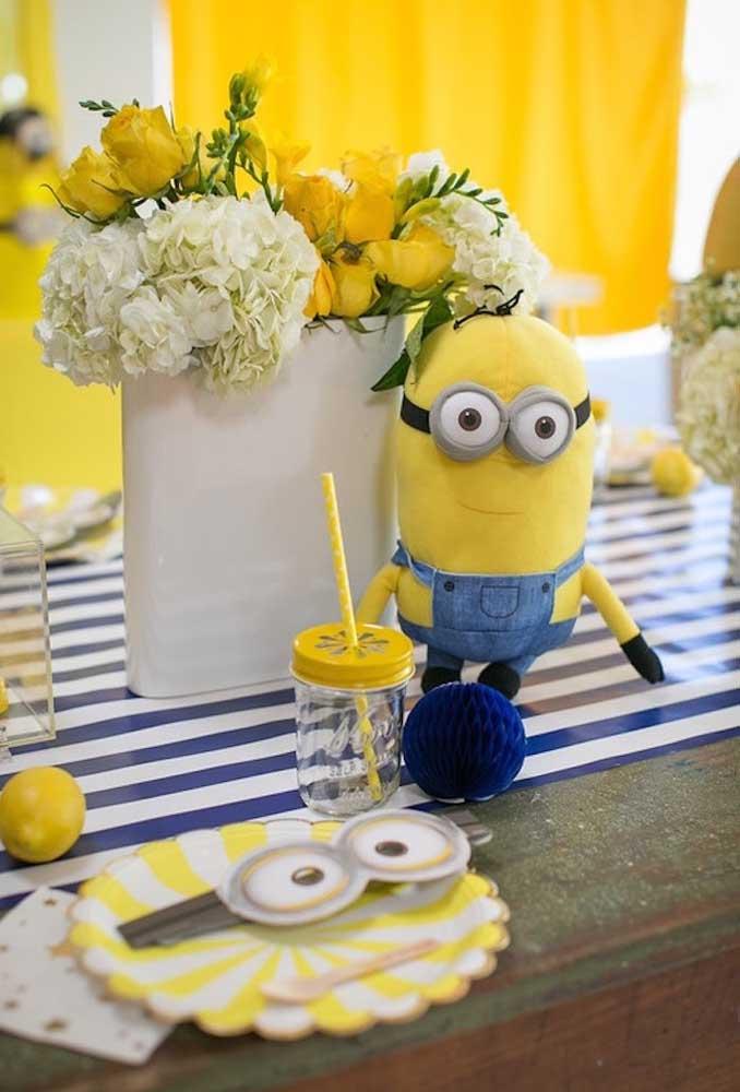 Se a intenção é fazer uma decoração simples com o tema Minions, use apenas bonecos dos personagens e vasos de flores nas cores branca e amarela.