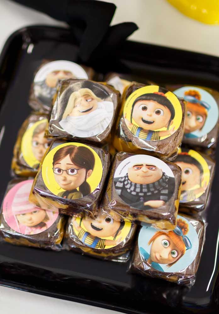 O brownie é um doce que já está dominando nas festas, mas é melhor servi-lo em embalagens personalizadas de acordo com o tema do aniversário.