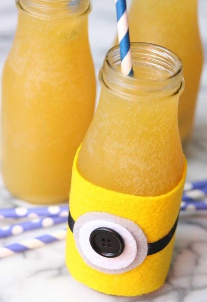 Atualmente, nas festas infantis não se usa mais copo para servir as bebidas, mas garrafas plásticas. Para ficar mais bonito, personalize as garrafas com o tema da festa.