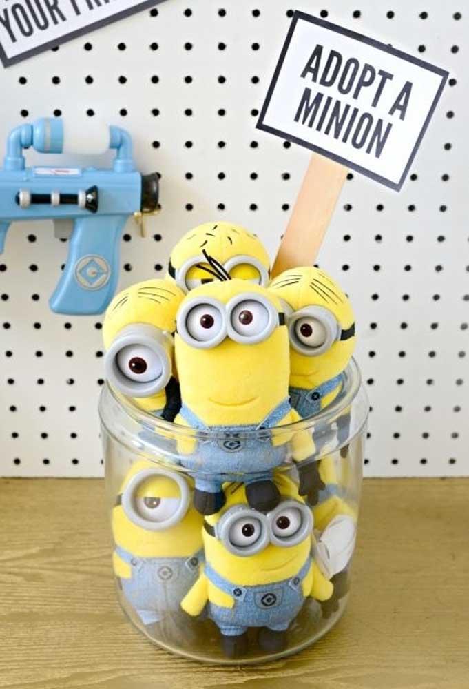 As crianças ficam encantadas com os Minions. Portanto, é interessante distribuir um boneco para cada uma.