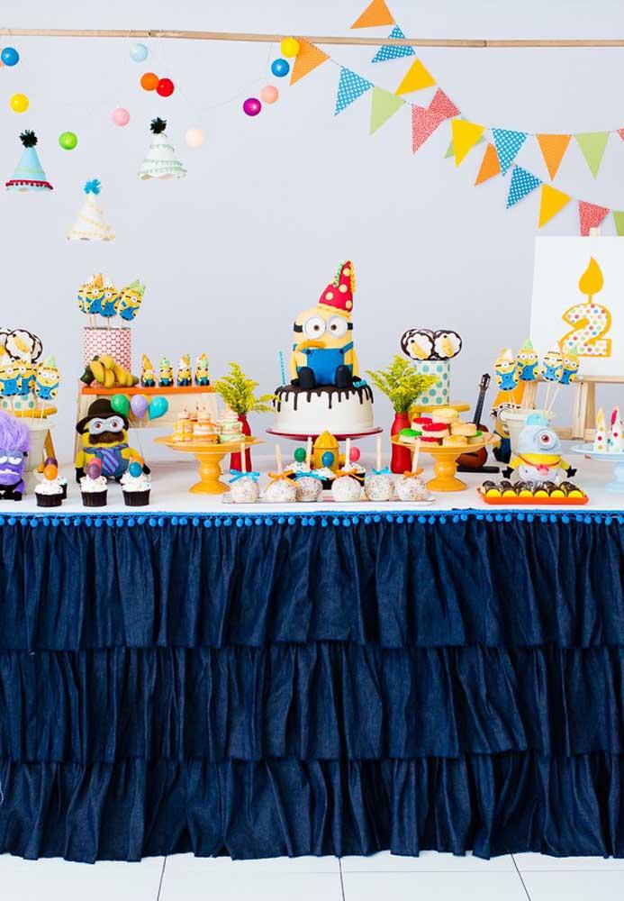 Você pode até fazer uma decoração bem colorida com o tema Minions, mas a mesa principal precisa levar as cores azul e amarelo, que mais representam o filme.