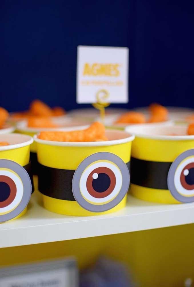 Prepare copinhos personalizados com o olho dos Minions para colocar algumas guloseimas dentro.