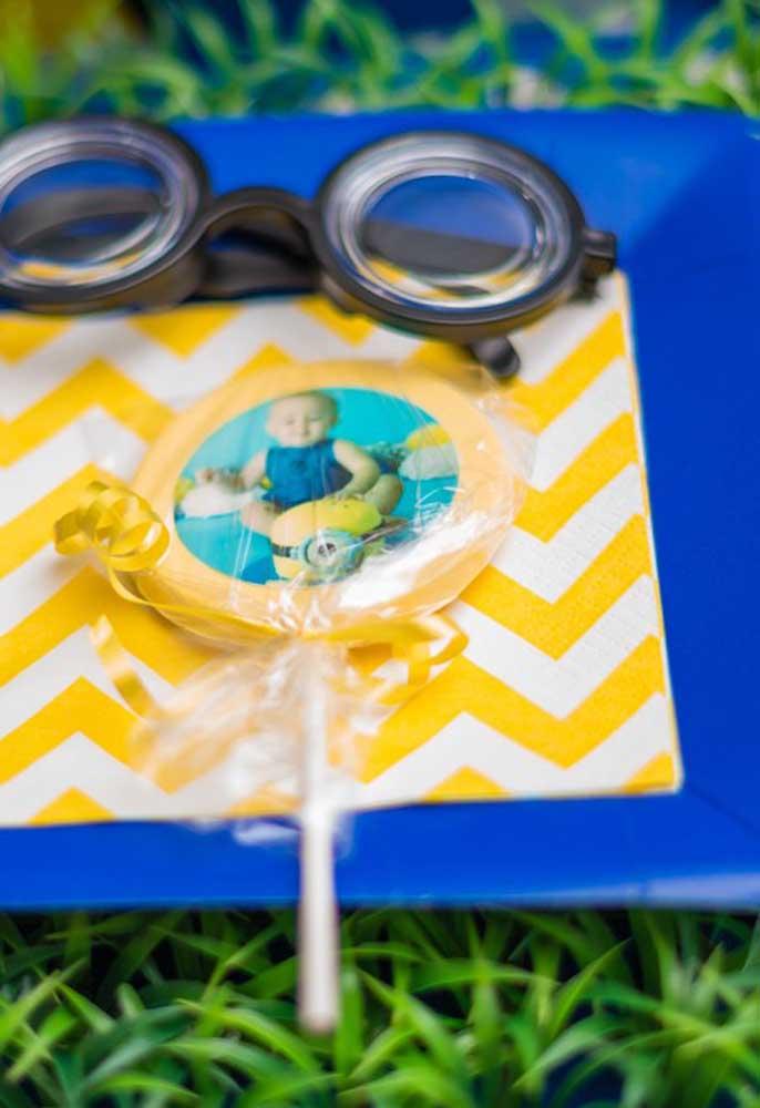 Mas é importante ter alguns itens decorativos como os óculos dos Minions para decorar a mesa da festa.