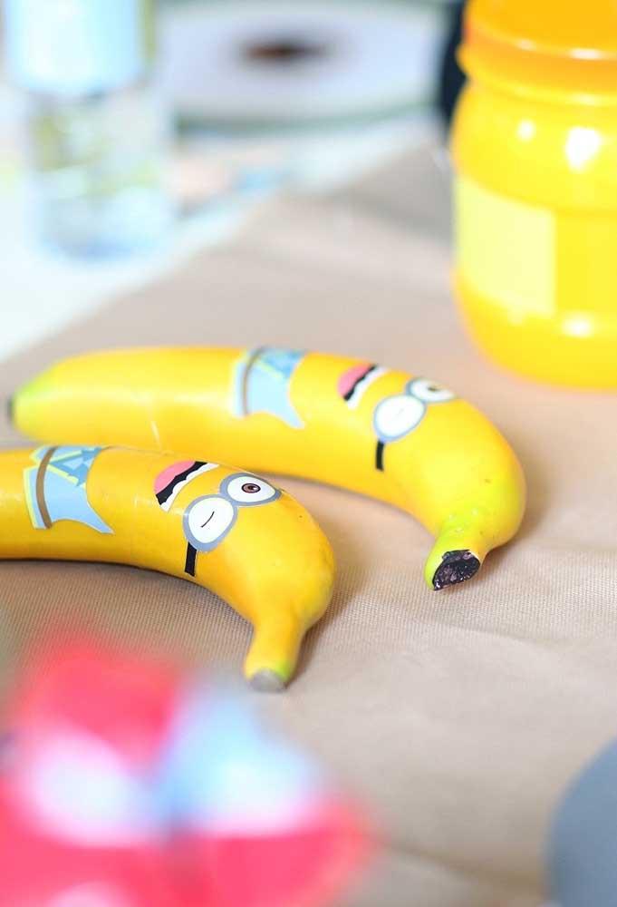 Compre bastante bananas e decore com adesivos dos Minions. Essa é uma ótima opção de item decorativo que serve como guloseima para a criançada.