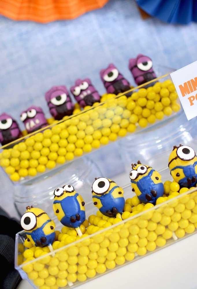 Organize as guloseimas em um suporte para as crianças se servirem à vontade. Decore com os personagens do filme.