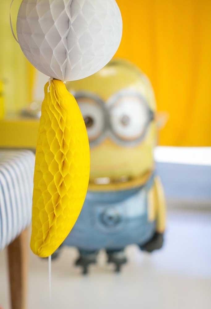 Use alguns balões diferenciados com o formato de banana para decorar a festa com o tema Minions.