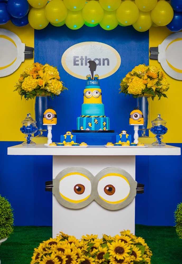 Para decorar a mesa principal da festa nem é preciso usar toalhas, basta fazer o formato dos olhos dos Minions e fixar na frente.