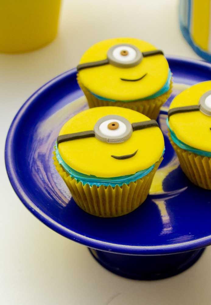 Na hora de preparar o cupcake, use pasta americana para modelar os Minions e coloque como cobertura.