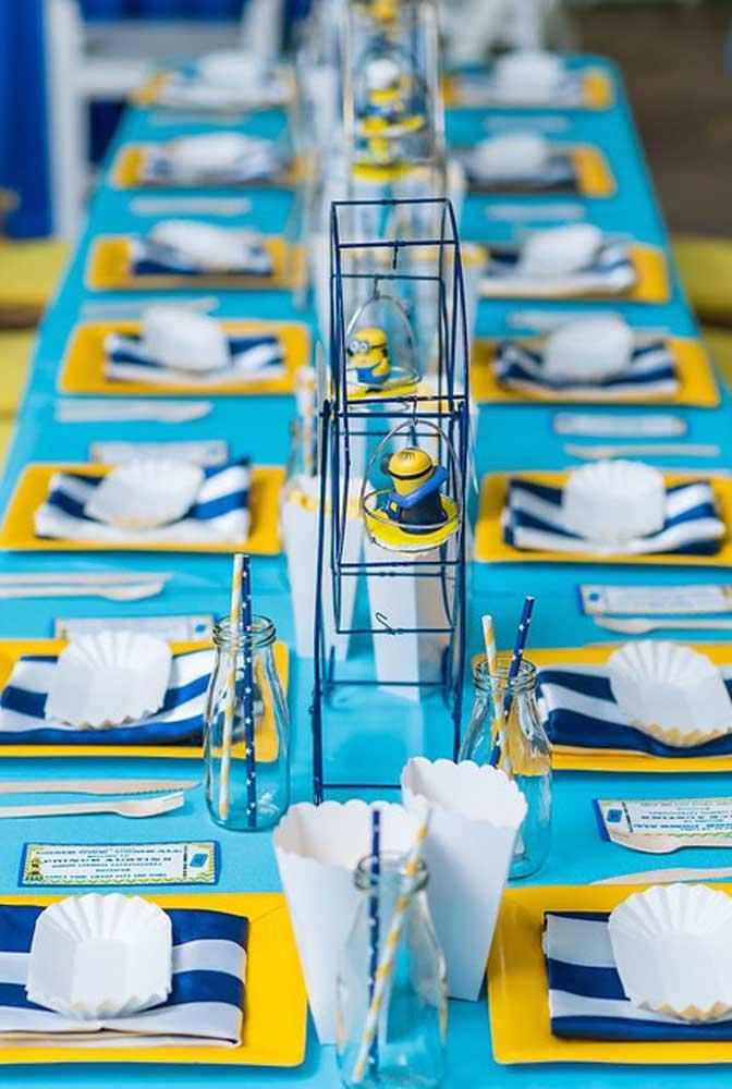 Olha como ficou linda essa mesa com o tema Minions. As cores azul e amarelo são o grande destaque da decoração que vem acompanhada de vários bonecos dos Minions.