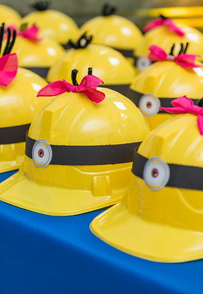 Para colocar as crianças no ritmo da festa com o tema Minions, distribua chapéus no formato dos capacetes usados pelos Minions.