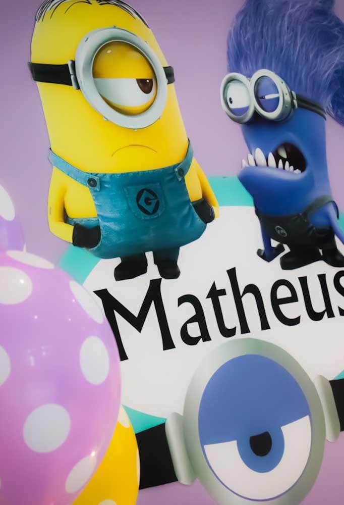 Personalize todos os itens da festa com o tema Minions e acrescente o nome do aniversariante em cada peça
