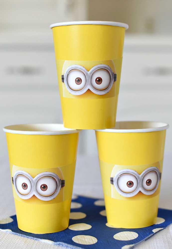 Esses modelos personalizados de copo descartáveis você encontra em qualquer loja de festas. Portanto, vale a pena investir para deixar todo o ambiente decorado com o tema Minions.
