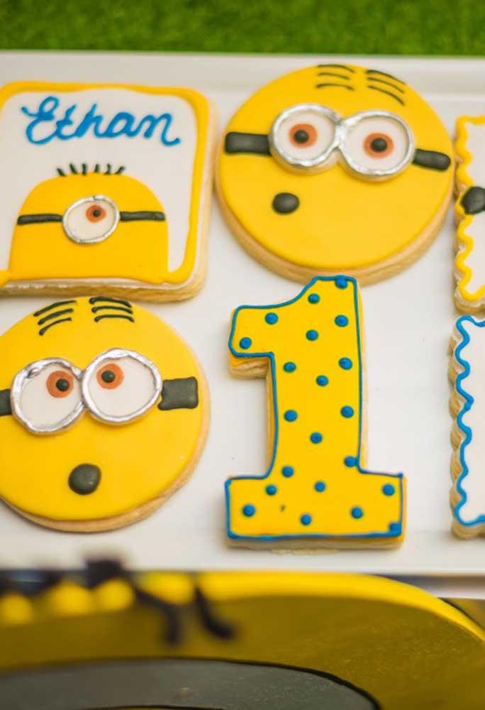 Para decorar o bolo da festa, use alguns elementos que fazem referência ao tema Minions.