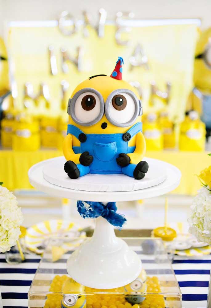 Quer fazer um bolo diferente e que combine com o tema da festa? Faça um boneco dos Minions, mas é preciso fazer um bolo fake para ficar mais realista.