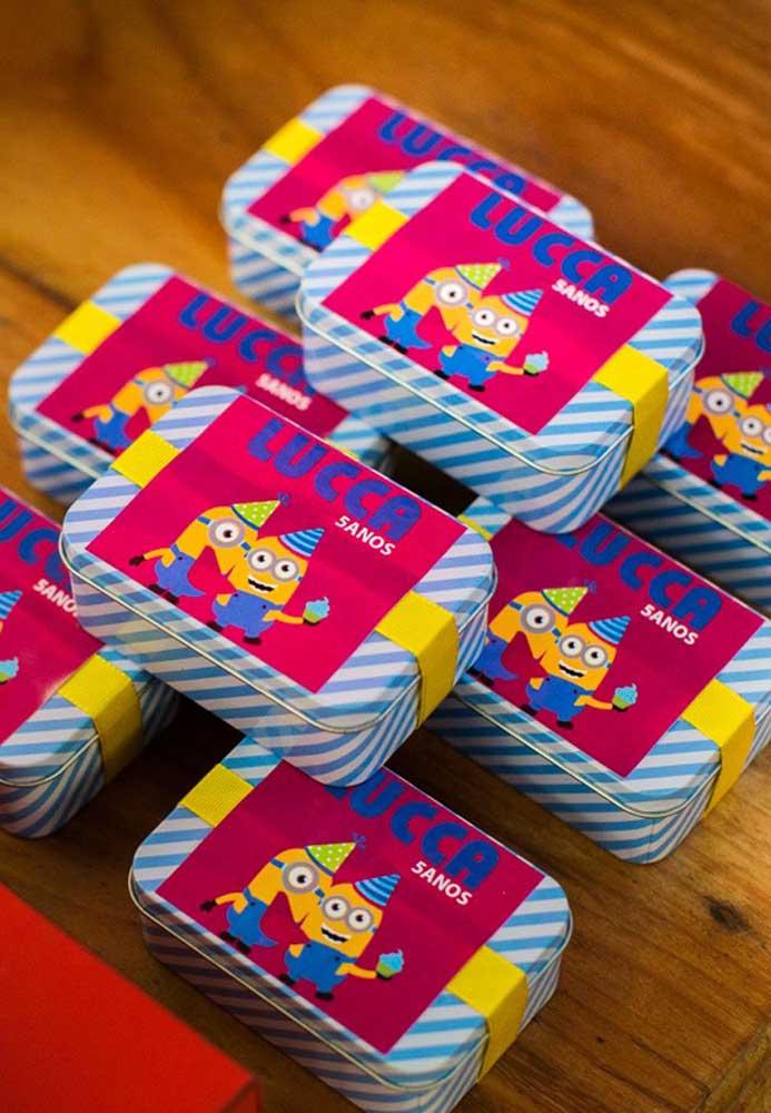 Que tal colocar algumas guloseimas dentro de latinhas para entregar como lembrancinha da festa? Para personalizar, use alguns adesivos com o tema.