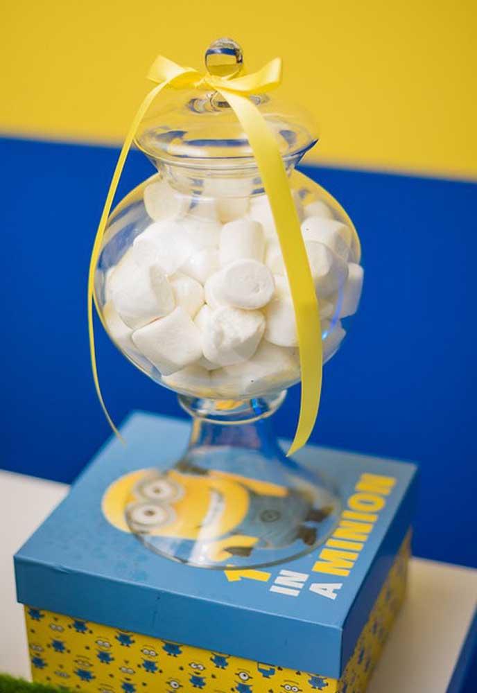 Selecione algumas caixas personalizadas com os Minions, coloque algumas bombonieres transparentes e cima e encha de guloseimas.