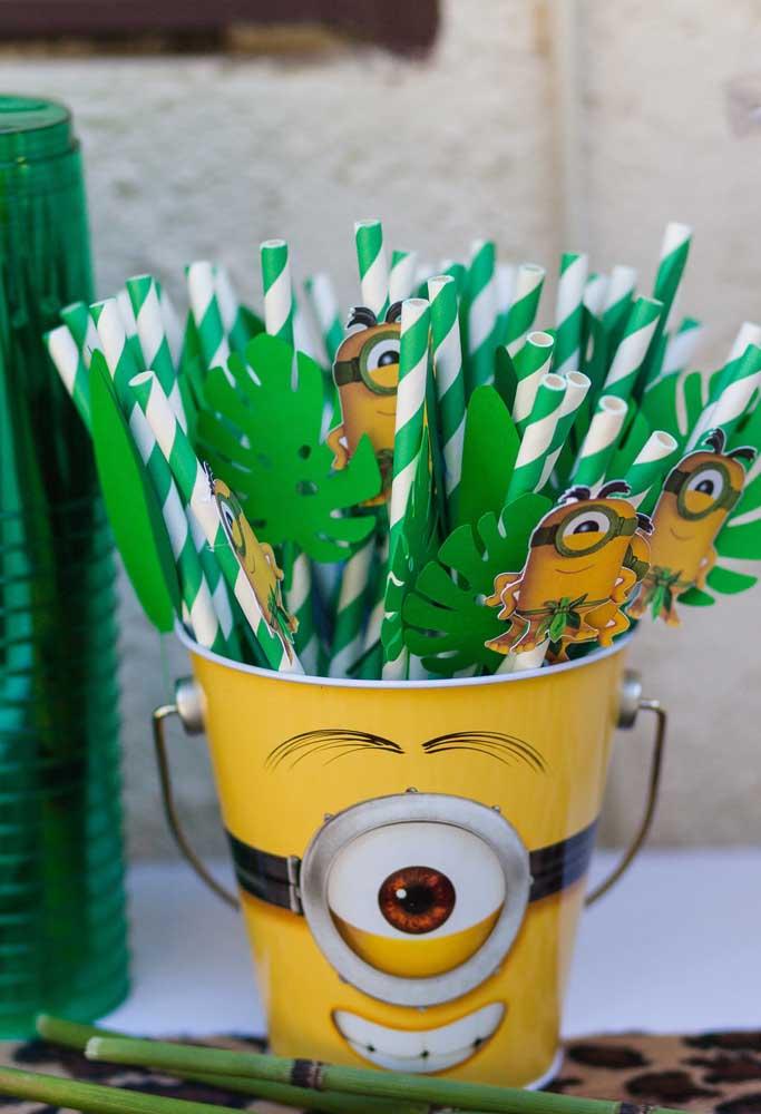 Para organizar os canudinhos, use um vaso de lata personalizado com o tema Minions.