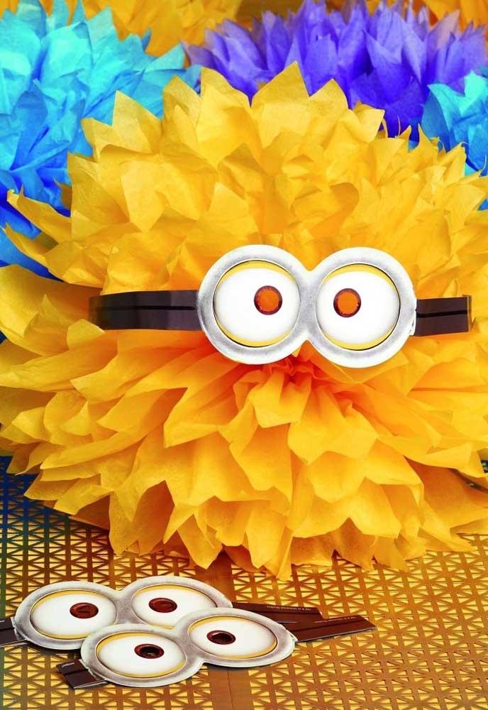 Materiais simples e baratos podem ser usados para decorar a festa com o tema Minions.