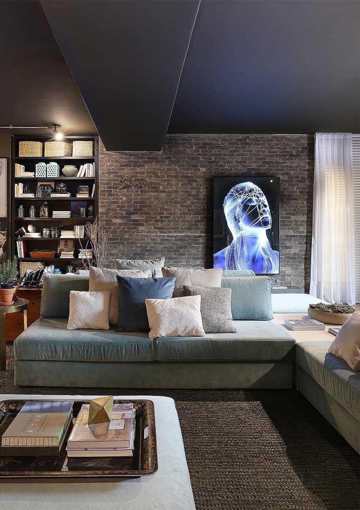 O tom de azul claro desse sofá de canto ficou perfeito no ambiente em estilo industrial, combinando também com as almofadas em veludo