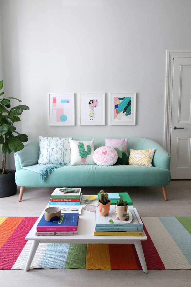 O sofá azul petróleo se combina nessa sala com as peças em tons terrosos