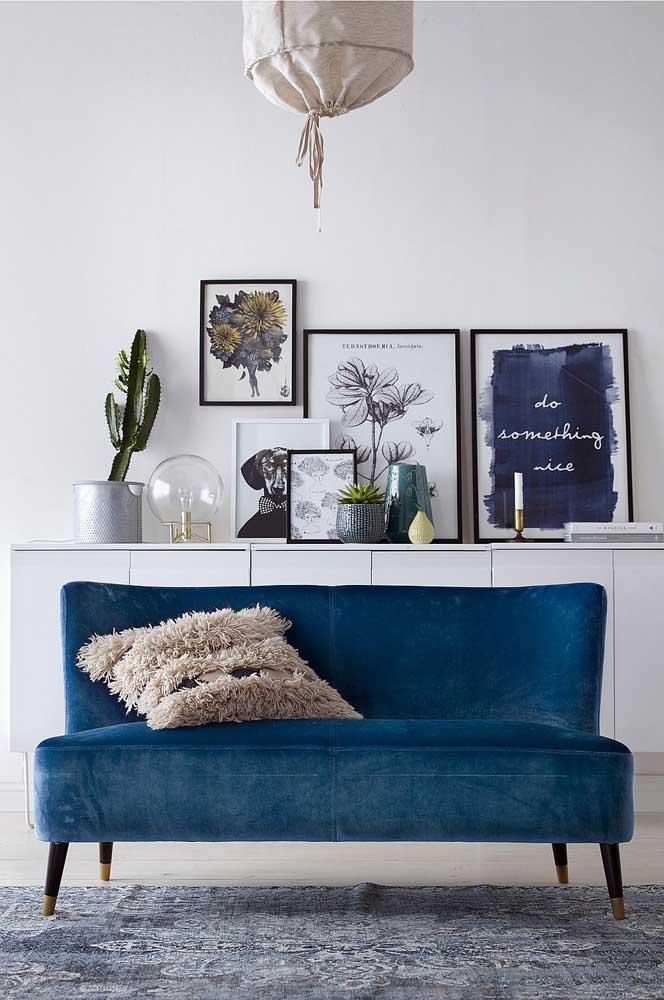 Perfeito para ambientes mais clássicos, o sofá azul royal sem braços e em veludo garantiu mais elegância ao espaço