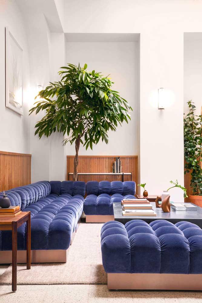 Sofá azul modular de canto com puff incluso em veludo; conforto garantido para a sala de estar ampla