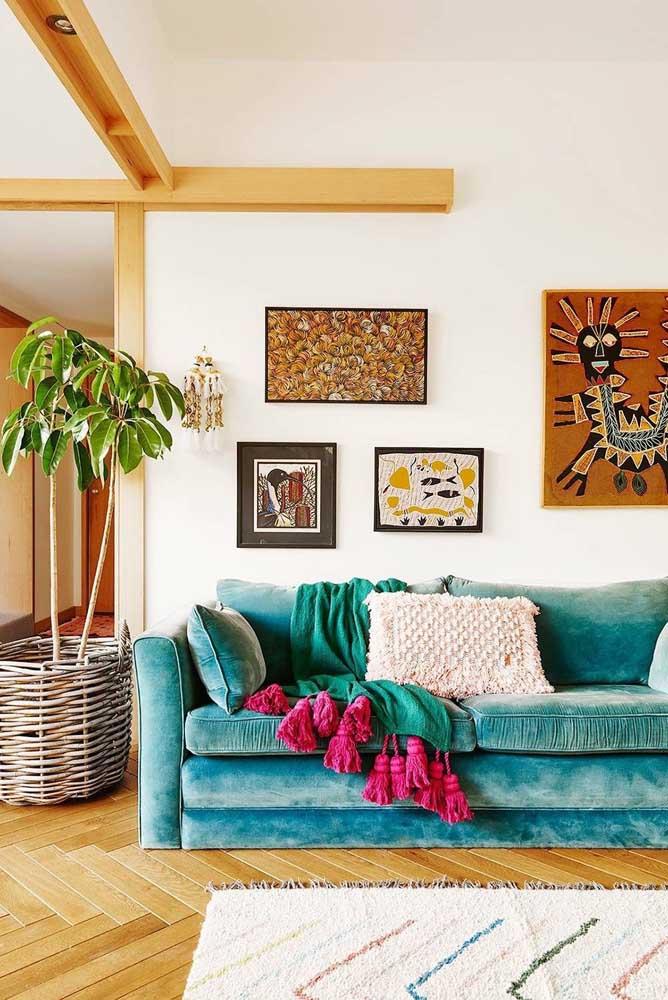 A sala de estar super convidativa ficou ainda mais bonita com a escolha do sofá azul turquesa em veludo