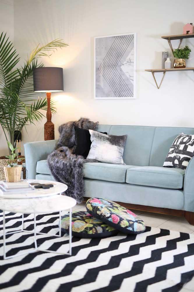 A sala de estar de influência escandinava recebeu muito bem o sofá azul claro