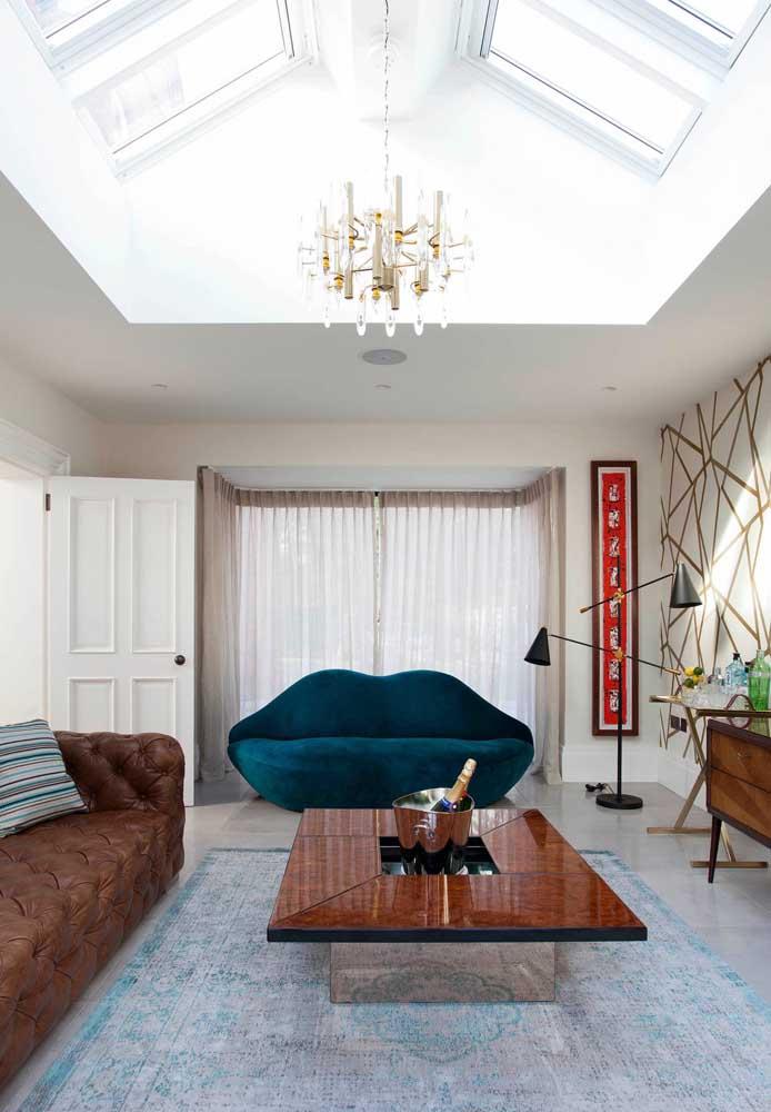 Estilo acima de tudo. O sofá azul petróleo ficou perfeito nesta sala cheia de estilo e personalidade