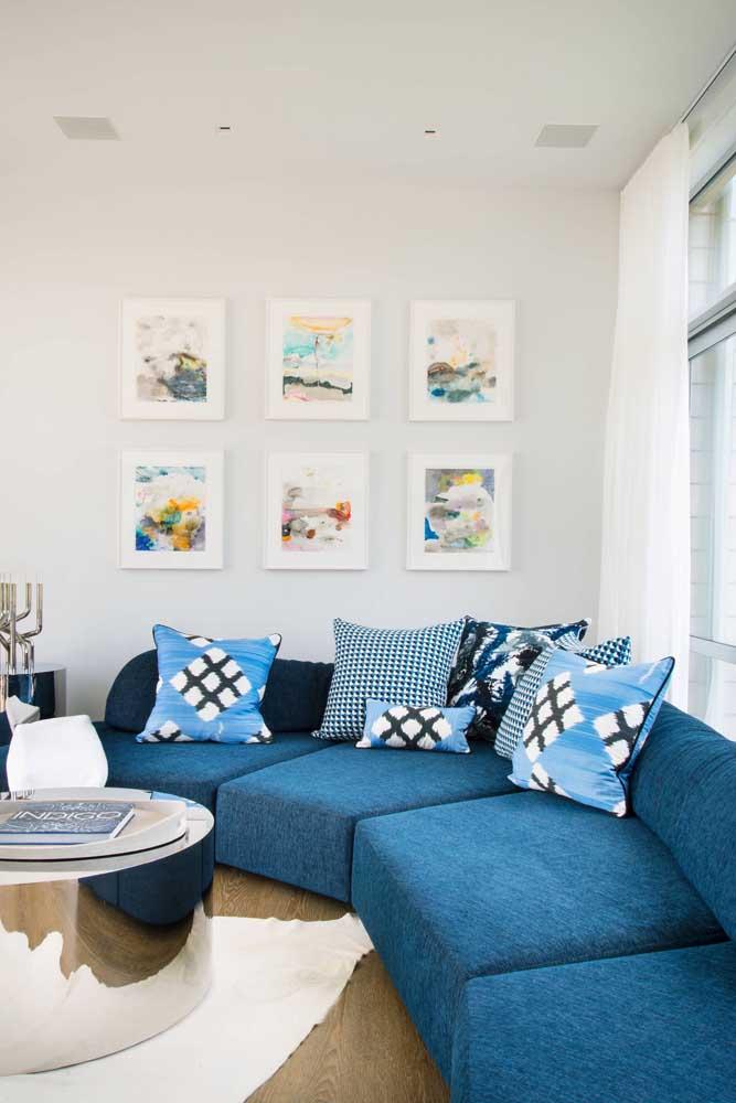 Sofá azul de canto com almofadas em tons de azul e branco: beleza, conforto e funcionalidade na medida exata