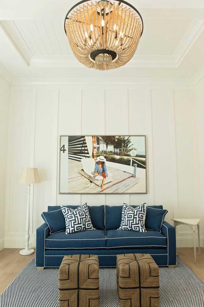 O sofá azul trouxe um toque de cor sem tirar a neutralidade da sala