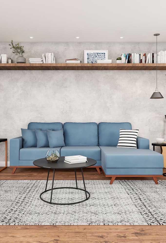 Sofá azul jeans com chaise: esse tom de azul faz parte de uma paleta pastel e, por isso, recebe bem almofadas em tonalidades diferentes, como a listrada