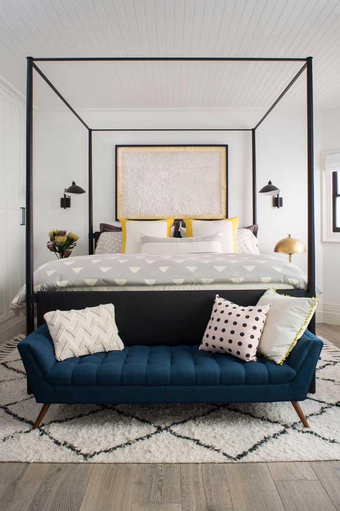 O recamier azul petróleo em veludo posicionado junto à cama do casal é o ponto de destaque desse ambiente