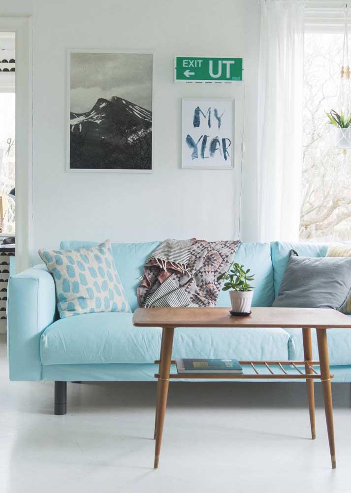 Sofá azul claro com almofadas para uma sala de estar leve e convidativa