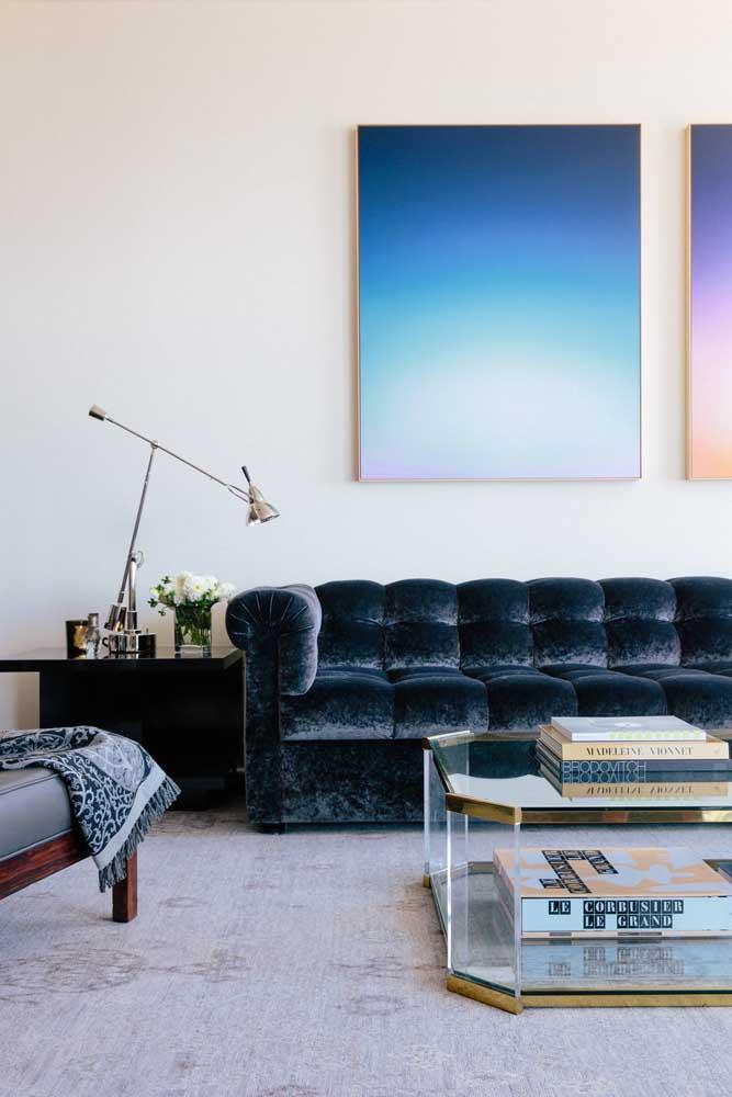 Sofá azul em veludo: perfeito para ambientes com boa propagação de luz