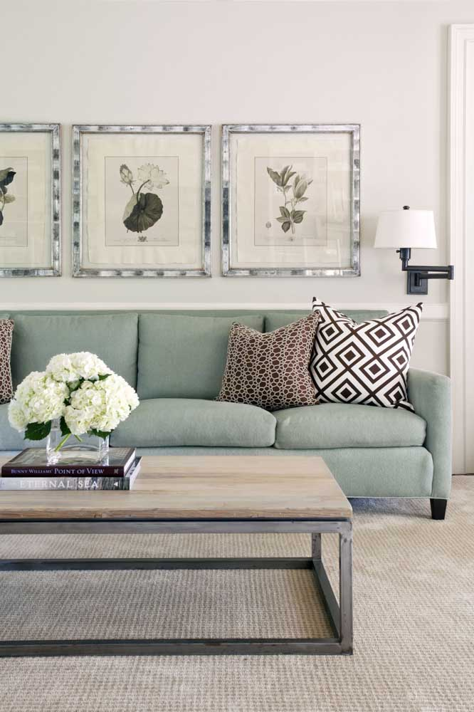 Sofá azul claro com almofadas estampadas para a sala de estar clássica e elegante