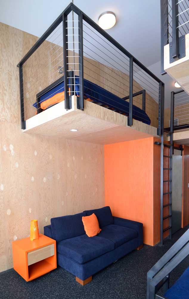 A casa cheia de estilo e super moderna ganhou a companhia de um sofá azul escuro com peças em laranja