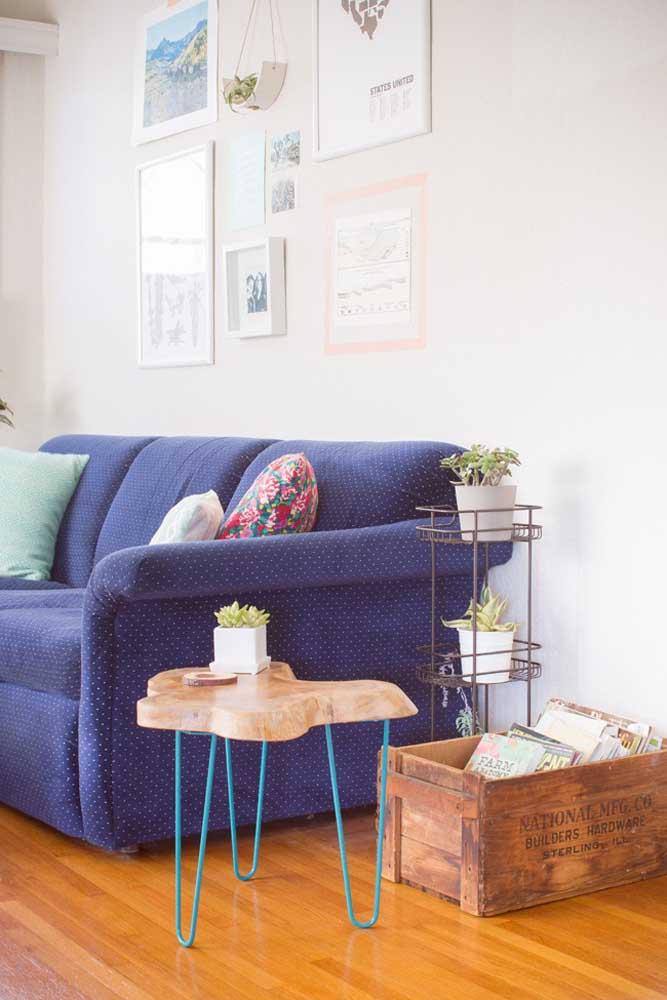 Sofá azul royal para combinar com as peças em madeira desta sala