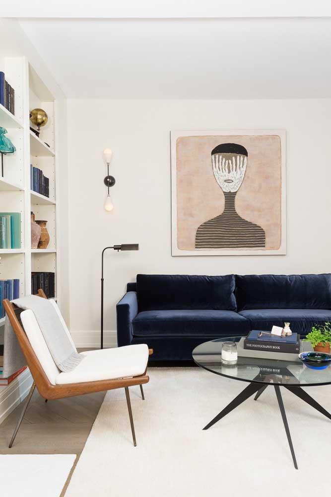 O sofá modular azul petróleo acompanha toda a extensão da sala de estar