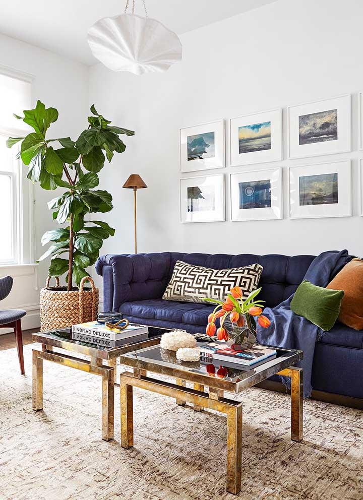 Sofá azul marinho em veludo para a sala rica em luz natural