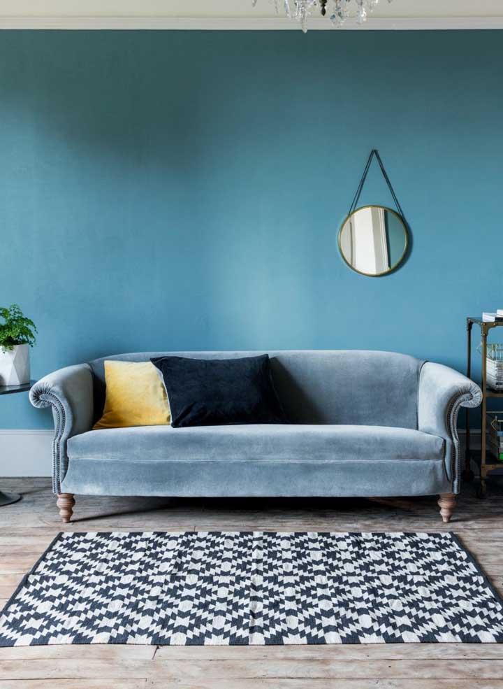 Mais azul, por favor! Esta sala de estar ganhou vida com o azul nas paredes e no sofá