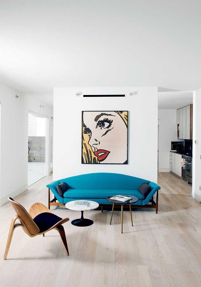Sofá azul turquesa para a sala de estar contemporânea; repare no forte contraste criado com o branco das paredes