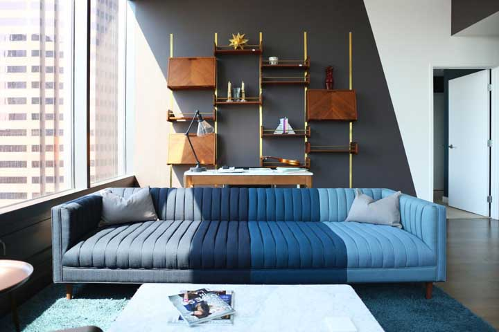 Que inspiração incrível de sofá modular em diferentes tonalidades de azul, formando um degradê