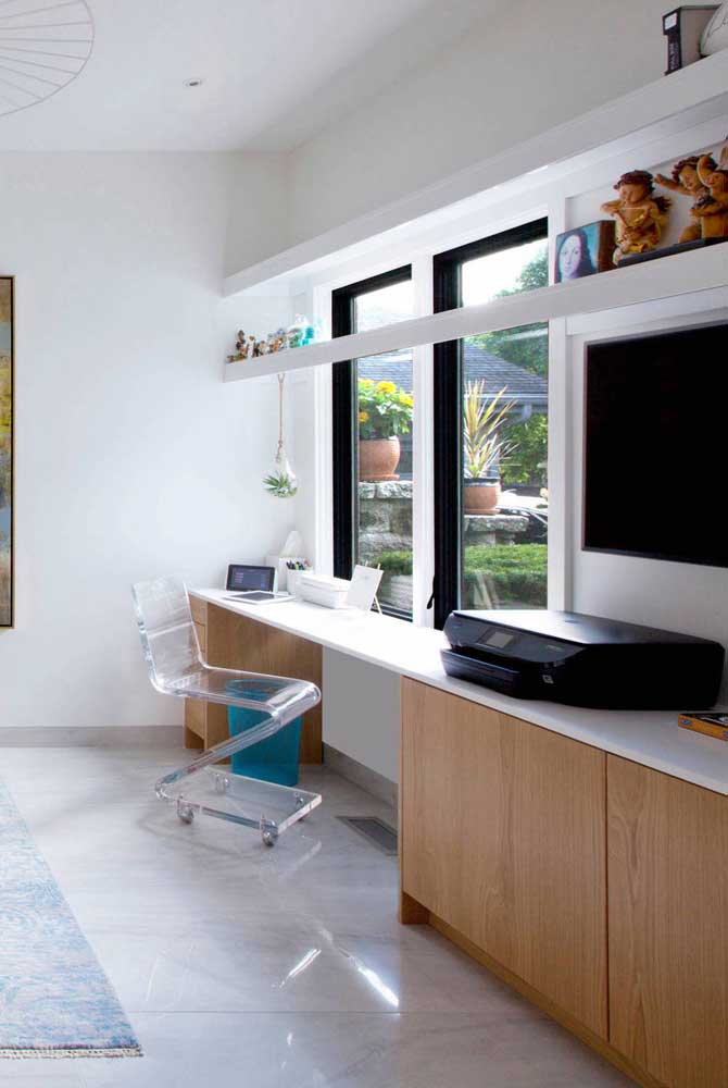 Cadeira de acrílico transparente com rodízios: ideal para escritórios modernos e quartos com escrivaninha