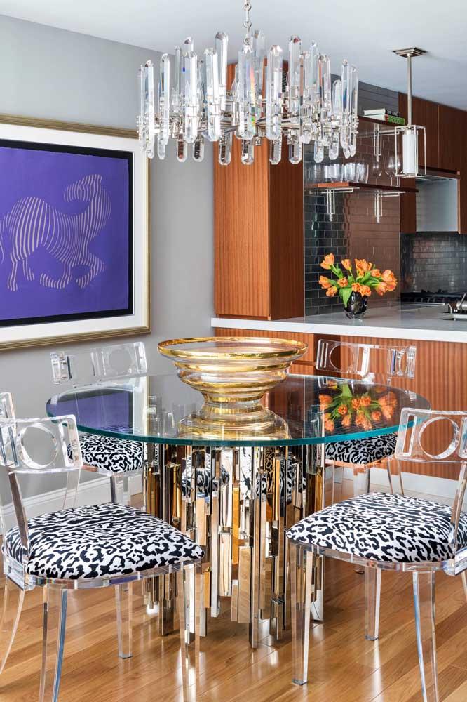 Nessa sala que passeia por diferentes estilos, a cadeira de acrílico transparente ganhou assentos estofados para ficar mais confortável