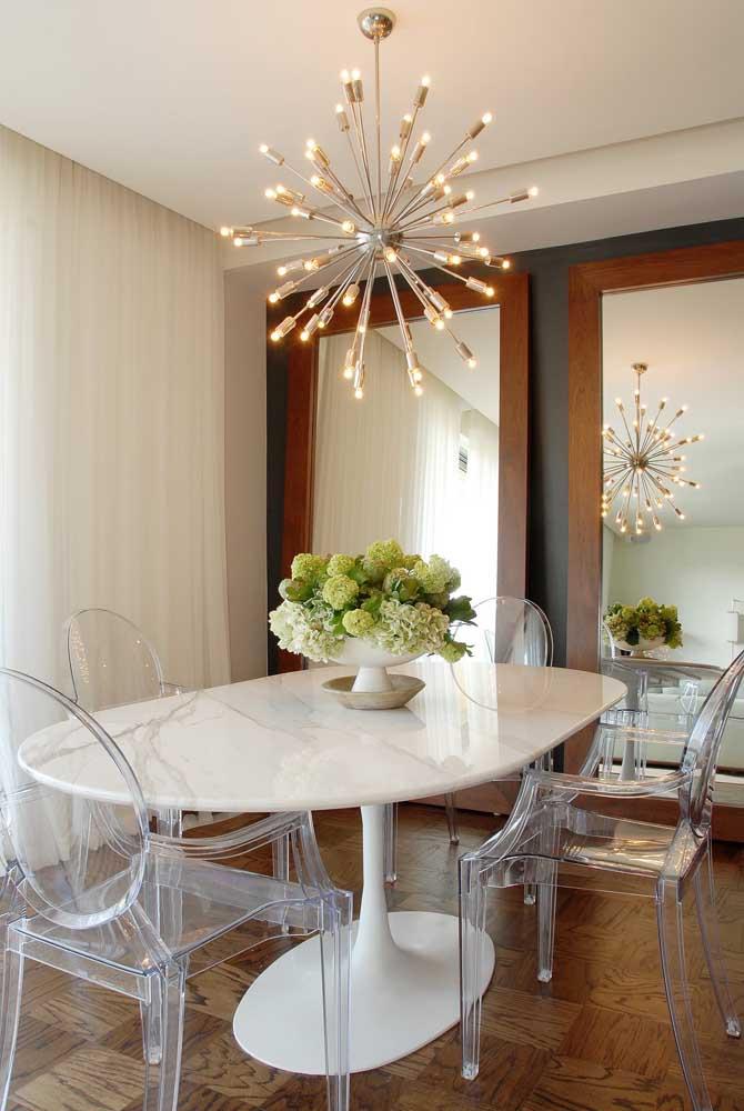 A sala elegante e contemporânea contou com o charme e a presença marcante das cadeiras de acrílico