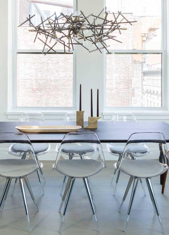 As cadeiras de acrílico encaixaram como uma luva nessa sala de jantar moderna, neutra e clean