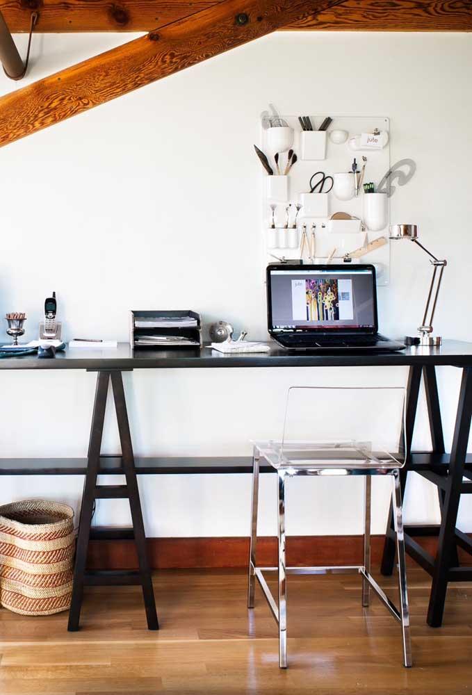 A mesa moderna preta com cavaletes recebeu muito bem a classe e a elegância estilosa da cadeira de acrílico